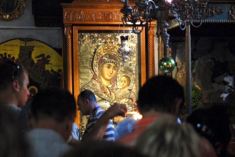 Чтимая православная Вифлеемская икона Божией Матери, находится около южного входа в пещеру Рождества