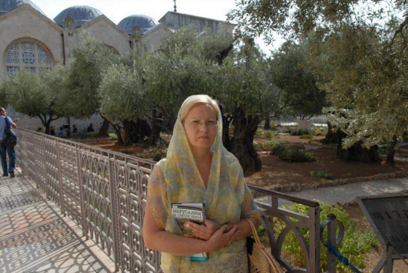 В Гефсиманском саду с Путеводиителем по Иерусалиму и Святой земле