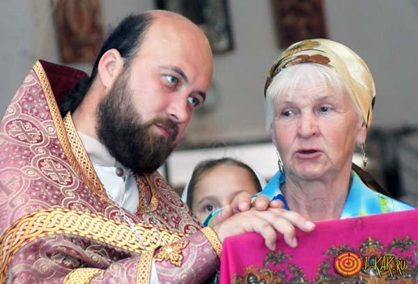 Священнк общается с прихожанами