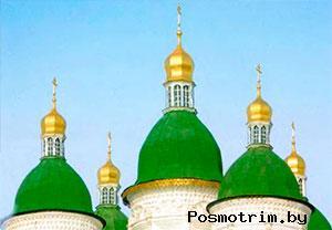 Фигурные купола и главки напоминают то ли о мало-российской архитектуре, то ли о народном деревянном зодчестве —упав на русскую почву, барокко дало множество интересных архитектурных решений.
