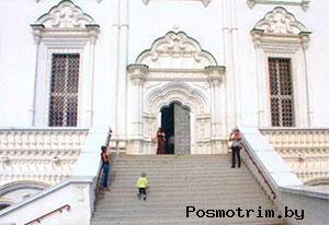 Парадный портал Лестница соединяетЛобное место с главным входом в храм, украшенным мощным порталом. Это исключительная особенность Успенского собора. Других церквей с подобным «внешним» устройством до нас не дошло.