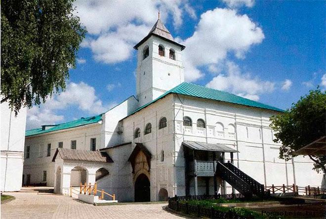 Святые ворота Спасского монастыря были выстроены в 1516 году, став, таким образом, первой каменной башней в системеукреплений обители. В 1621 году над воротами возвели небольшую церковь, которая до наших дней не сохранилась.