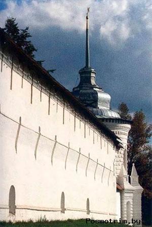 Часть ограды Спасского монастыря с Богоявленской башней. В апреле—мае 1609 года монастырь в течение двадцати четырех дней осаждали отряды «тушинского вора», но вынуждены были отступить. Монастырские стены стали для них непреодолимым препятствием