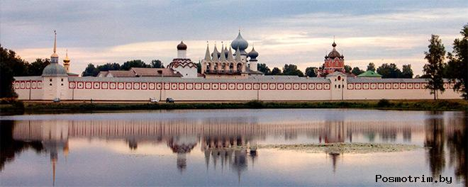 Богородичный Успенский монастырь летним вечером. Современный вид обители со стороны пруда Таборы.