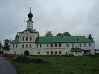 Троицкий собор с колокольней (слева) и надвратная церковь (справа)