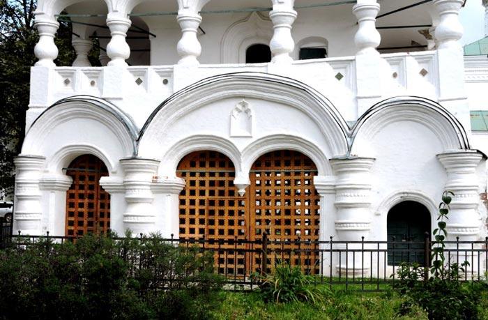 Святые врата - прежний въезд на территорию храма Рождества Христова