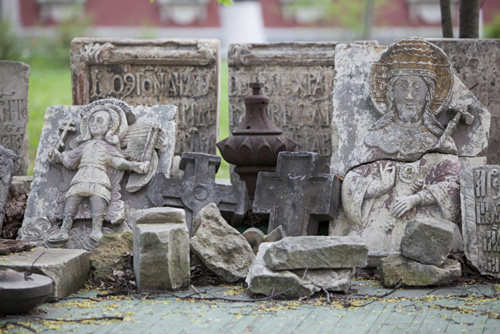 Донской монастырь. В советское время в Донской свозили обломки старинных надгробий с других кладбищ Москвы.