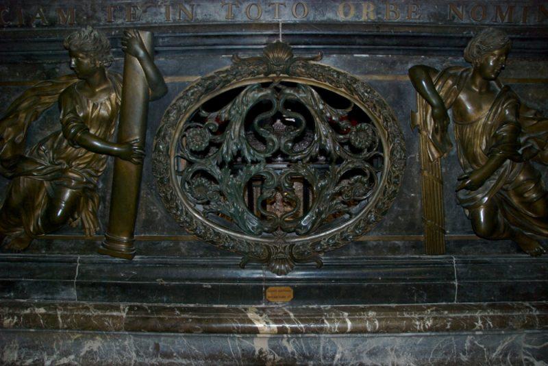 Ковчег с мощами св. Антония в аббатстве Сент-Антуан-л'Аббеи, Франция