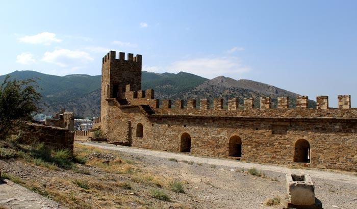 Первые феодосийские храмы появлялись вблизи Генуэзской крепости