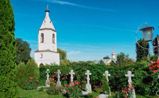 Алексеево-Акатов монастырь: кладбище и вид на колокольню