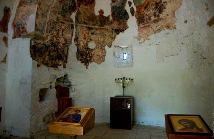 Остатки фресковой росписи в Храме Дм.Солунского