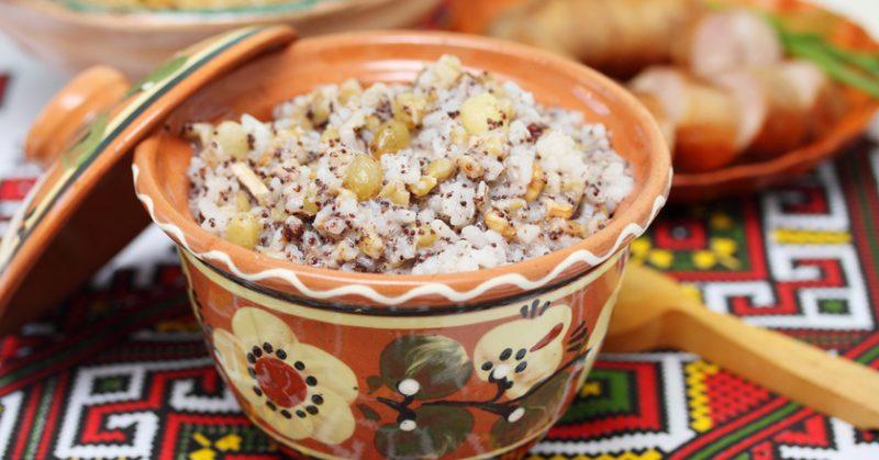 На этом изображении, мы видим, приготовленное коливо из зерен пшеницы с маком, с добавлением в него изюма, грецких орехов и меда