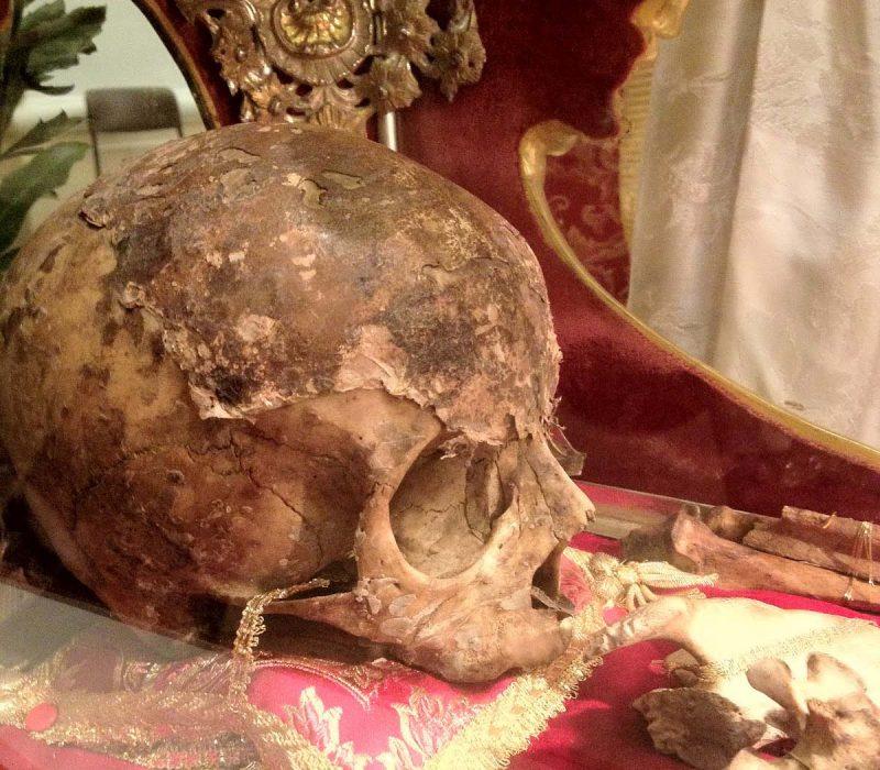 Тело мученика Феодора Тирона после пожара совершенно не пострадало. Тогда же было понятно, что оно нетленно. На данном фото, мы видим главу святого мученика Феодора Тирона, которая в настоящее время находится в Италии