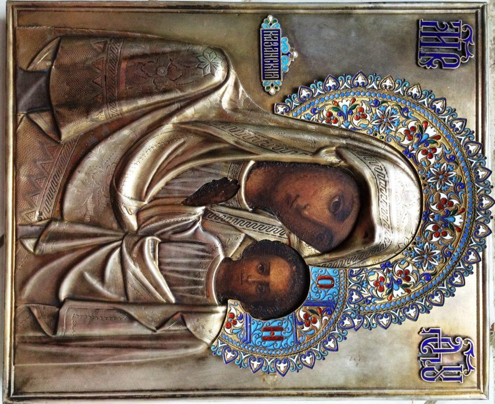 Антикварные иконы вроде этого образа Казанской Божией Матери часто переживают длинную цепочку перепродаж. Узнать, была ли такая икона освящена, обычно невозможно. Священники рекомендуют их освящать