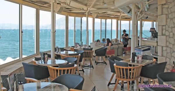 Кафе возле маяка на набережной, Патры, Греция