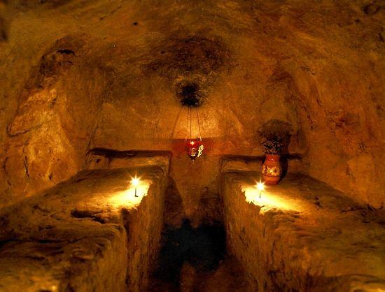 Затворническая келья в пещерах Киево-Печерской лавры. В таких кельях монахи спасаются от мирских соблазнов.