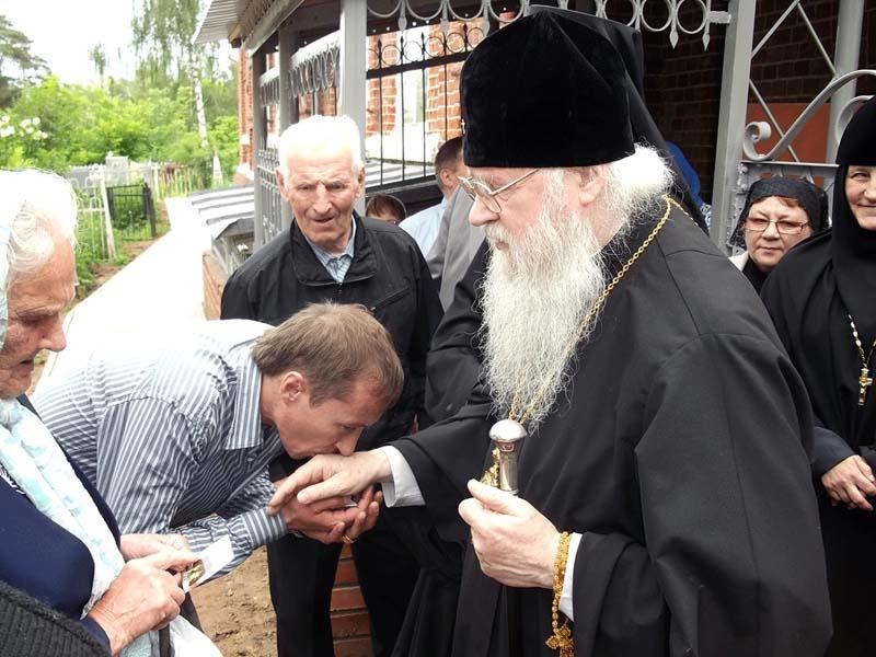 После благословения принято целовать руку священника