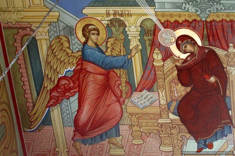 Роспись на потолке Свято - Троицкого собора в городе Рузаевке, Святой Дух изображен в виде голубя, летящего в луче.