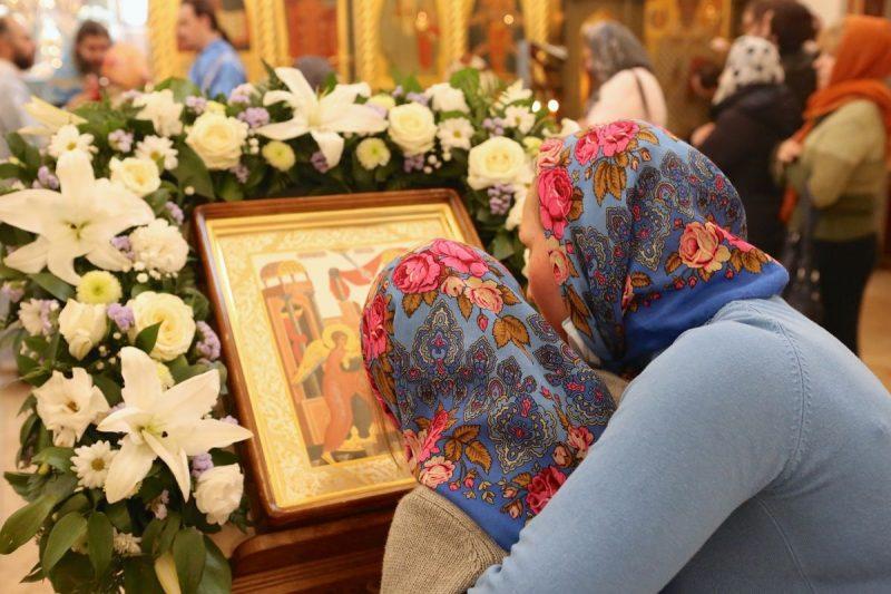 Икону Благовещение в престольный праздник украшают белыми и желтыми цветами.