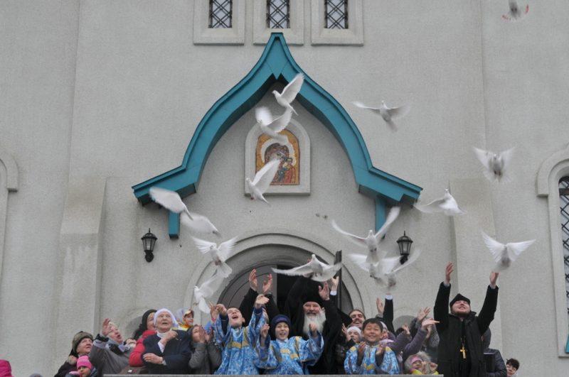 По традиции на празднике Благовещение верующие выпускают в небо белых голубей.