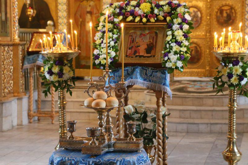 Просфора у образа, приготовленная в честь престольного праздника 7 апреля