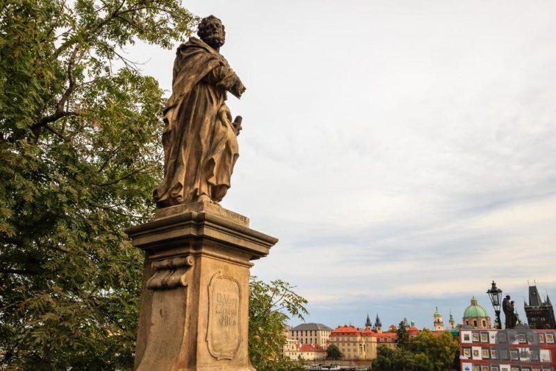 Статуя Святого Иуды в Праге, с табличкой на пьедестале «Преданному другу Христову».