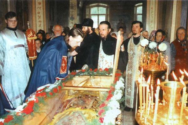 Иоасаф Белгородский. Преосвященный Иоанн, епископ Белгородский и Старооскольский у мощей Святого