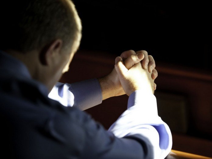 Мужчина молится об укреплении семьи