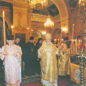Святейший Патриарх Алексий II и архидиакон Андрей Мазур (слева) на богослужении у мощей свт. Иоасафа Белгородского