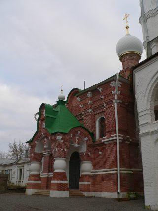 Николо-Пешношский монастырь в Луговом, церковь Сергия Радонежского, крыльцо