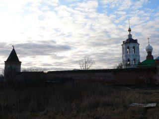 Николо-Пешношский монастырь в Луговом, стены монастыря и облака