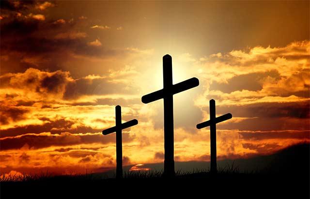 """Нательный крест является символом христианина. Все, кто проходил таинство крещения обязаны носить его постоянно. Здесь вспоминаются слова апостола """"Я сораспялся Христу"""". Все, кто носят кресты, верят, что он служит оберегом — помогает защитить от зла, вести богоугодную жизнь и творить добрые дела."""