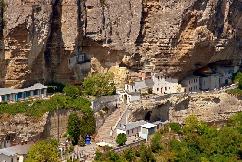 Свято-успенский монастырь в скале в Бахчисарае - фото 1