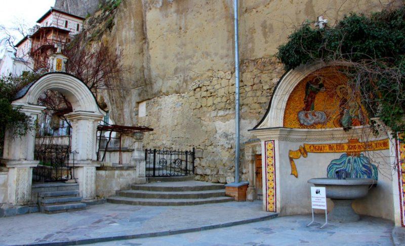 Свято-успенский монастырь в скале в Бахчисарае - фото 12