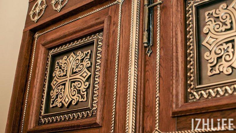 Двери храма сделаны из дуба, с литыми металлическими вставками
