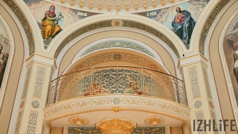 На небольшом балконе, которое видно из основного зала, будет стоять хор